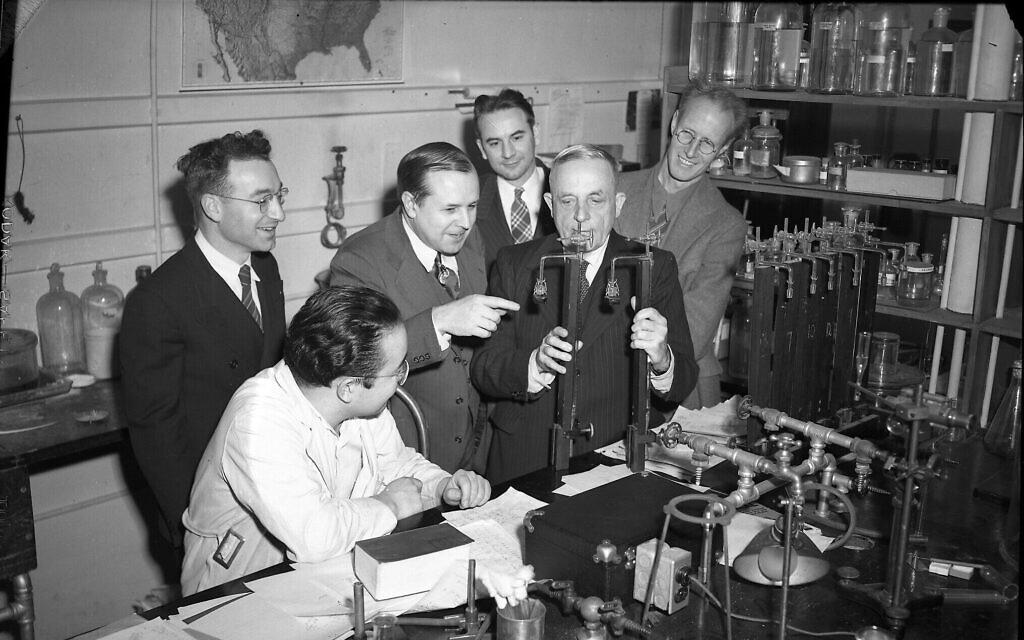Otto Warburg (deuxième à droite) avec des scientifiques à l'université de l'Illinois, à Urbana. (Crédit : Université de l'Illinois/Archives)