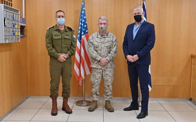 De gauche à droite : Le chef d'État-major Aviv Kohavi, le commandant du CENTCOM Kenneth F. McKenzie, Jr., et le ministre de la Défense Benny Gantz à Tel Aviv, le 29 janvier 2021. (Crédit : Ariel Hermoni/ministère de la Défense Ministry)