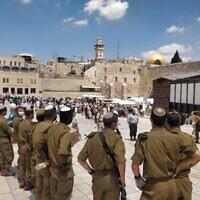 Des soldats israéliens visitent le mur Occidental pendant une visite de Seli'hot à Jérusalem, au mois de septembre 2021. (Crédit : Armée israélienne)