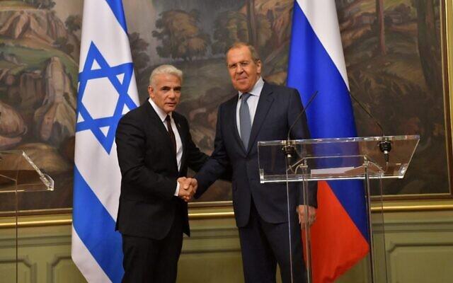 Le ministre des Affaires étrangères Yair Lapid (à gauche) aux côtés de son homologue russe, Sergueï Lavrov, à Moscou, le 9 septembre 2021. (Crédit : Shlomi Amsalem/GPO)