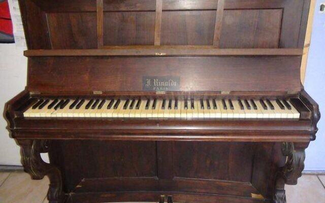 Le piano que Mylène Bernhardt attend de restituer à ses propriétaires. (Crédit : Facebook / Mylène Bernhardt)