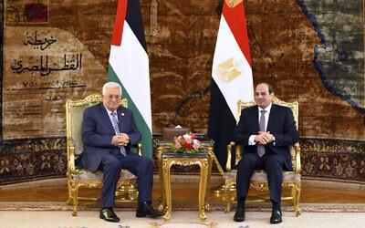 Sur cette photo fournie par le bureau des médias de la présidence égyptienne, le président égyptien Abdel-Fattah el-Sissi, à droite, rencontre le président de l'Autorité palestinienne Mahmoud Abbas, dimanche 21 avril 2019, au Caire, en Égypte. (Bureau des médias de la présidence égyptienne via AP)