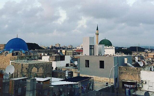Une vue de la vieille ville d'Acre et de son port depuis le toit de l'hôtel Efendi. (Jessica Steinberg/Times of Israel)
