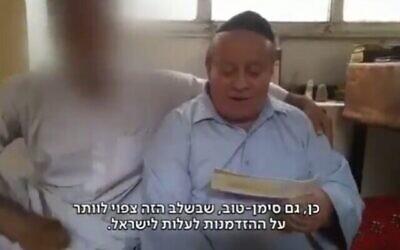 Zebulon Simantov, dernier Juif d'Afghanistan, après sa fuite vers un pays voisin, à côté de l'un de ses sauveteurs, septembre 2021. (Capture d'écran : Kan)
