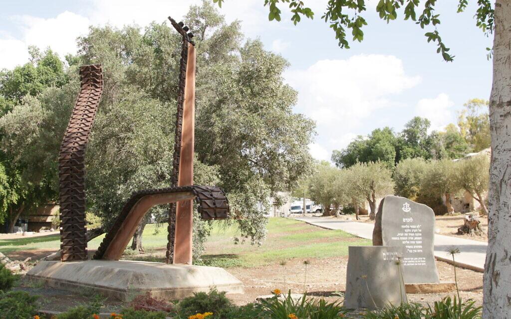 Le mémorial de commémoration des soldats tombés au combat pendant la guerre de Yom Kippour dans le kibboutz  Beit Hashita. (Crédit : Shmuel Bar-Am)