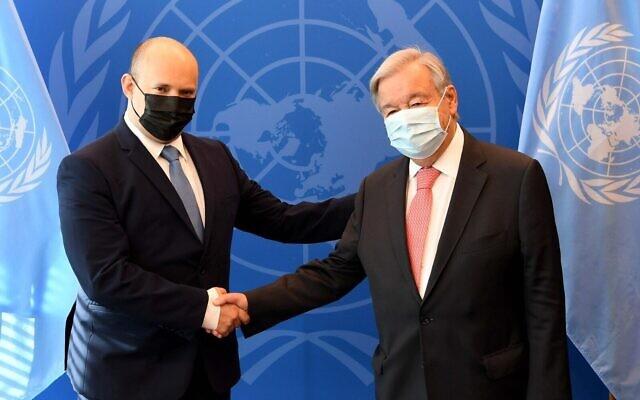 Le Premier ministre Naftali Bennett rencontre le Secrétaire général de l'ONU, Antonio Guteress, au siège de l'ONU à New York, le 27 septembre 2021. (Avi Ohayon/GPO)