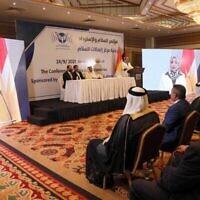 Des Irakiens écoutent Sahr al-Tai lors de la conférence sur la paix et la récupération organisée par le groupe de réflexion américain Center for Peace Communications à Erbil, la capitale de la région autonome du Kurdistan, au nord de l'Irak, le 24 septembre 2021. (Safin Hamed/AFP)
