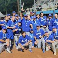 L'équipe nationale israélienne de baseball remporte l'argent aux Championnats d'Europe après avoir perdu la finale contre les Pays-Bas, le 19 septembre 2021. (Crédit : Association israélienne de baseball)