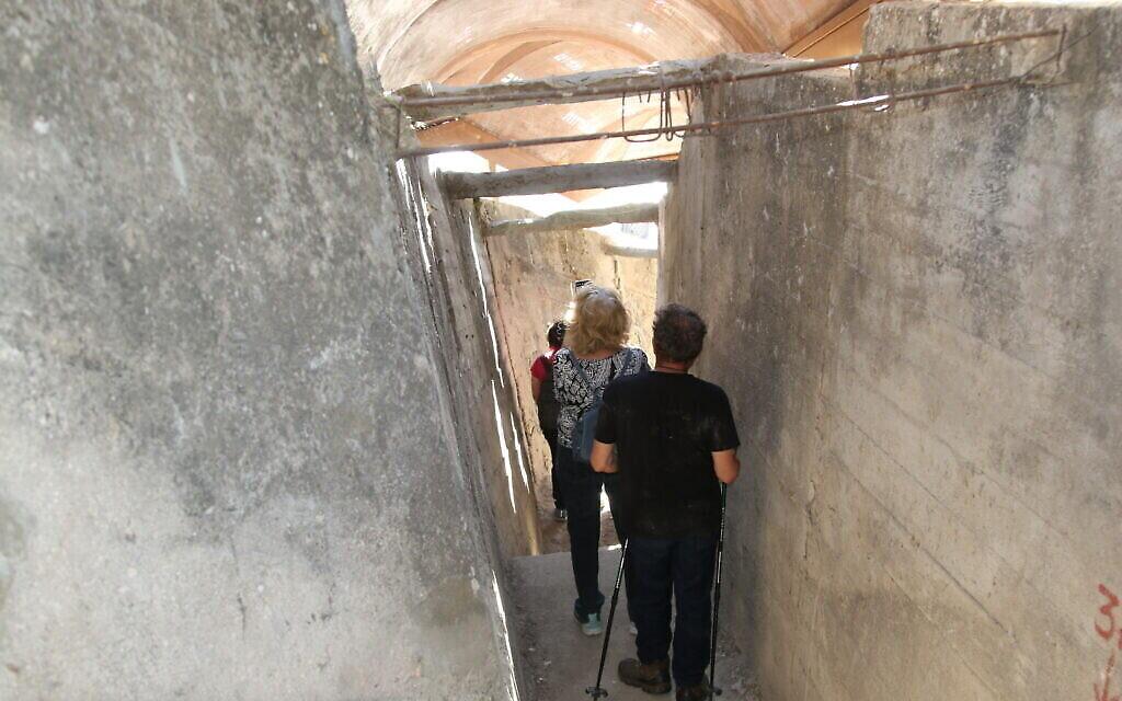 La descente des marches vers le tunnel du mont Sion. (Crédit : Shmuel Bar-Am)