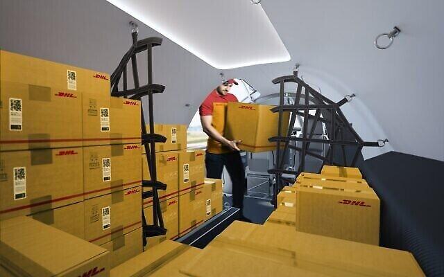 Représentation montrant l'intérieur d'un avion-cargo Alice 100% électrique, fabriqué par Eviation Aircraft, avec des colis DHL, au mois d'août 2021. (Crédit :  Eviation/DHL)
