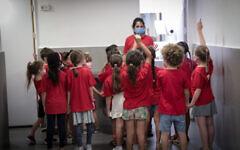 Des enfants israéliens entrant en première année, le jour de la rentrée scolaire, à l'école Pola de Jérusalem, le 1er septembre 2021. (Yossi Zamir/Flash90)