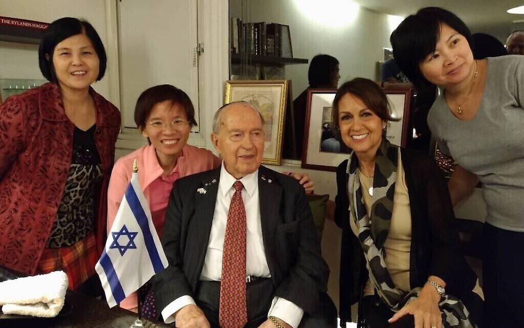 Le rabbin Ephraim Einhorn avec des membres du groupe de la communauté juive de Taïwan lors de son 99e anniversaire en 2017. (Avec l'aimable autorisation de Zoy Chang)