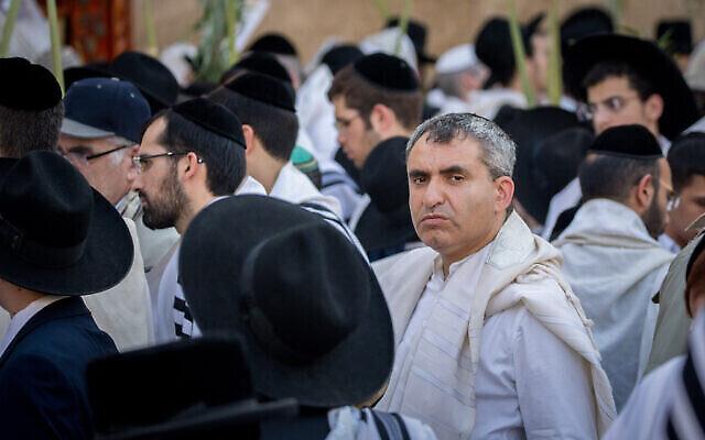 Fichier : Zeev Elkin, alors ministre des Affaires de Jérusalem, assiste aux prières de Souccot au Mur occidental à Jérusalem, le 30 septembre 2018. (Yonatan Sindel/Flash90)