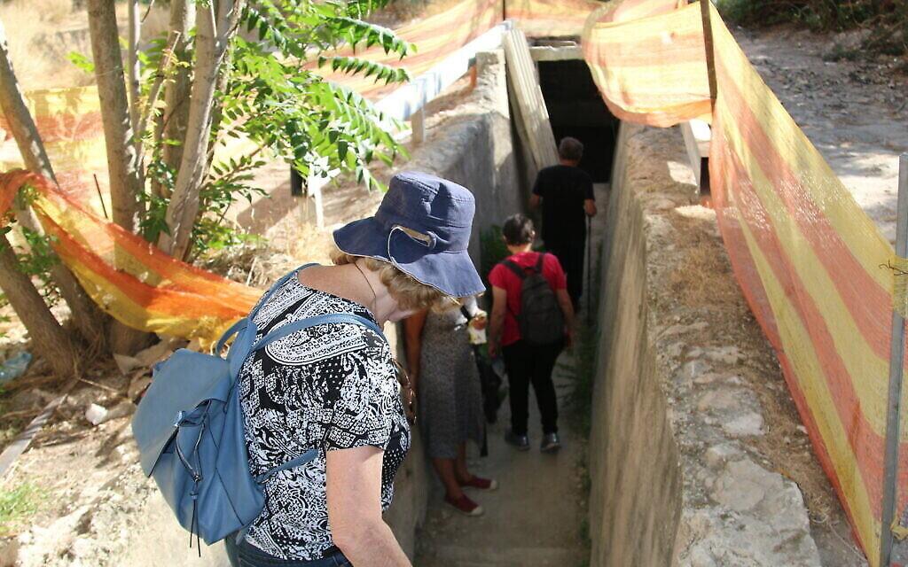 Une des entrées du tunnel du mont Sion qui vient d'être rénové, aux abords de l'University College de Jérusalem. (Crédit : Shmuel Bar-Am)
