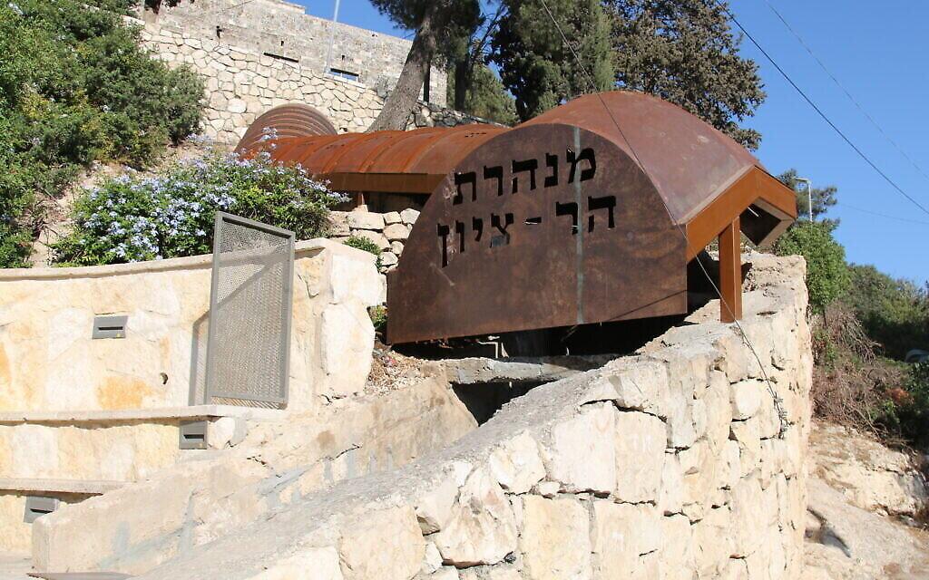 Un point d'entrée et de sortie du tunnel du mont Sion, qui vient d'être rénové. (Crédit :  Shmuel Bar-Am)