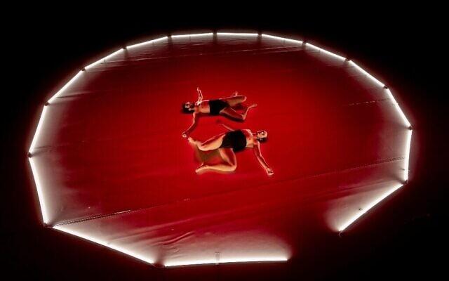 L'une des œuvres de la Kibbutz Contemporary Dance Company, If You Meet the Buddha, Kill the Buddha, présentée en première dans 'Insiders, 'Insiders,' pendant Sukkot 2021 (Courtesy Eyal Hirsh)'