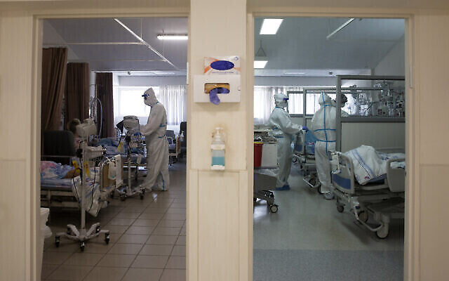 Sur cette photo d'archive du 26 août 2021, des professionnels de la santé traitent des patients dans le service de coronavirus du centre médical Barzilai d'Ashkelon, en Israël. (AP Photo/Maya Alleruzzo, Dossier)