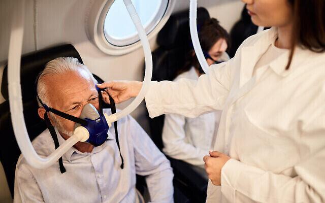 Un homme en oxygénothérapie hyperbare, pendant que l'infirmière vérifie son masque. (Drazen Zigic via iStock par Getty Images)