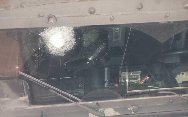 Un véhicule de la police des frontières endommagé dans des affrontements survenus aux abords de la ville de Naplouse, en Cisjordanie, alors qu'il escortait des pèlerins juifs, le 27 septembre 2021. (Crédit : Police israélienne)