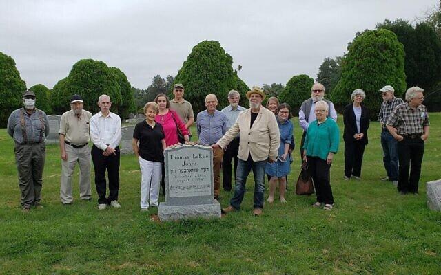 """Lors de l'inauguration de la pierre tombale de Thomas LaRue Jones alias """"The Black Cantor"""" au cimetière Rosehill à Linden, New Jersey, le 29 août 2021. Henry Sapoznik (en chapeau) est au centre, la main sur le monument. (Avec l'aimable autorisation de Sapoznik)"""