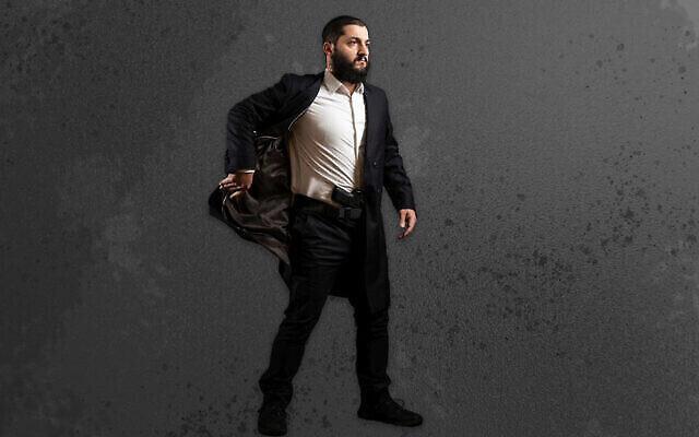 Le rabbin Raziel Cohen montre comment utiliser la Kapota tactique, une veste conçue pour accéder facilement à une arme. (Rabbin Raziel Cohen via JTA)