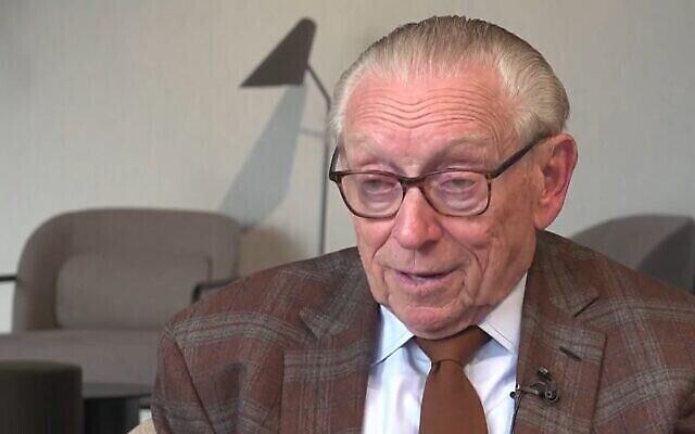 L'homme d'affaires américain Larry Silverstein donne une interview à la télévision israélienne depuis son bureau de Lower Manhattan, août 2021. (Capture d'écran : Channel 13)