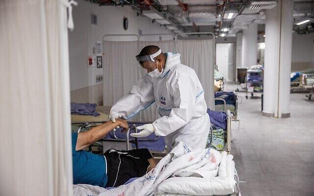 Personnel médical dans le service de coronavirus du Centre médical Herzog à Jérusalem, le 29 juillet 2021. (Yonatan Sindel/Flash90)