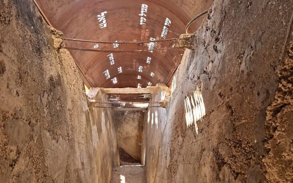 Des termes bibliques relatifs à la ville du Jérusalem gravés dans le nouveau toit du tunnel du mont Sion, un toit qui permet au soleil d'entrer, illuminant ces termes d'une lumière dorée. (Crédit : Shmuel Bar-Am)