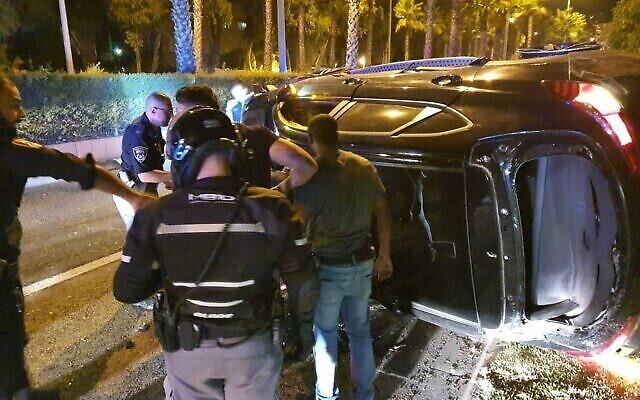 La police arrête un homme soupçonné d'être impliqué dans une tentative d'attaque au volant d'une voiture à Kiryat Ata, le 25 septembre 2021. (Crédit : Police israélienne)