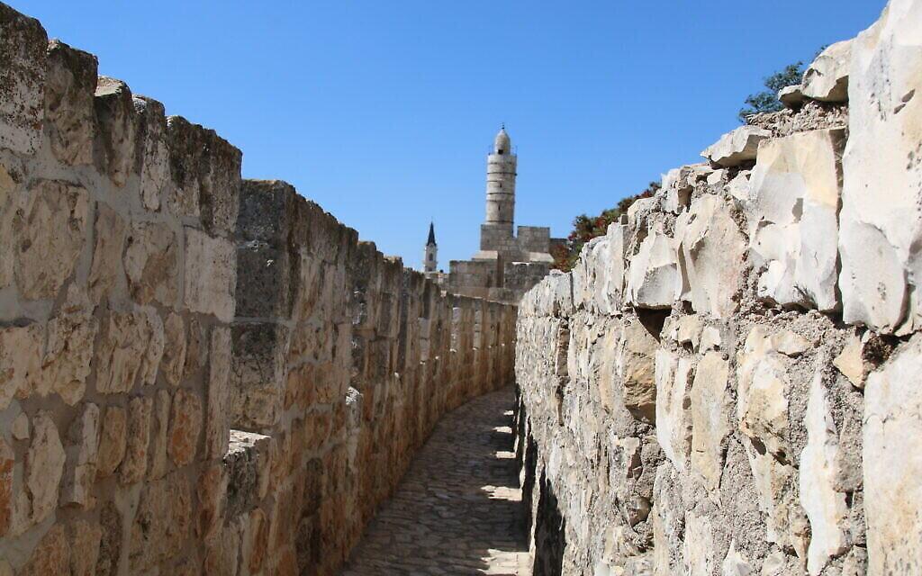 Une photo de la vue à l'intérieur des remparts de la Vieille Ville de Jérusalem. (Crédit : Shmuel Bar-Am)