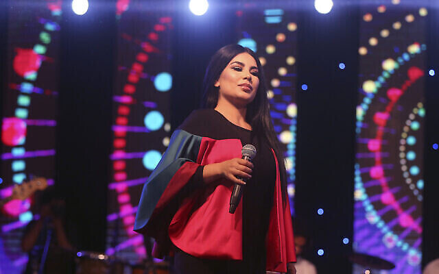 La chanteuse afghane Aryana Sayeed se produit lors d'un concert pour commémorer le jour de l'indépendance de l'Afghanistan à Kaboul, en Afghanistan, samedi 19 août 2017. (AP Photo/Massoud Hossaini)