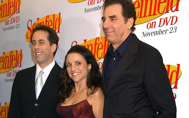 Sur cette photo d'archive du 17 novembre 2004, Jerry Seinfeld, à gauche, Julia Louis Dreyfus et Michael Richards arrivent pour célébrer la sortie des trois premières saisons de Seinfeld en DVD à New York. (AP/ Louis Lanzano, dossier)
