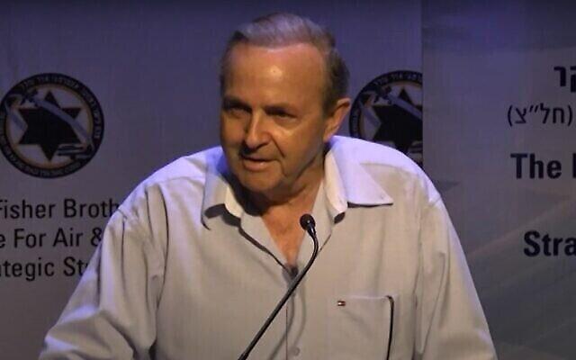 Aviem Sella donne une conférence à Herzliya en 2012. (Capture d'écran : YouTube)