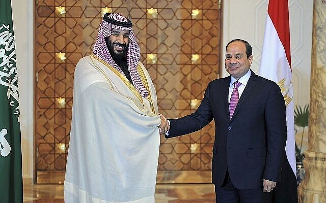 Le président égyptien Abdel-Fattah el-Sissi, à droite, rencontre le prince héritier saoudien Mohammed bin Salman au Caire, en Égypte, le 4 mars 2018. (Mohammed Samaha/Agence de presse de l'État égyptien, MENA via AP/File)