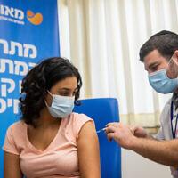 Un enseignant reçoit une dose du vaccin COVID-19 dans un centre de vaccination à Jérusalem, le 24 août 2021. (Yonatan Sindel/Flash90)