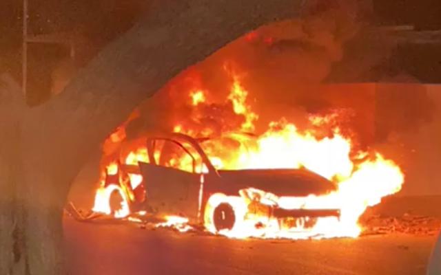 Une voiture en feu à l'entrée de Sajur, le 8 septembre 2021. (Capture d'écran vidéo)