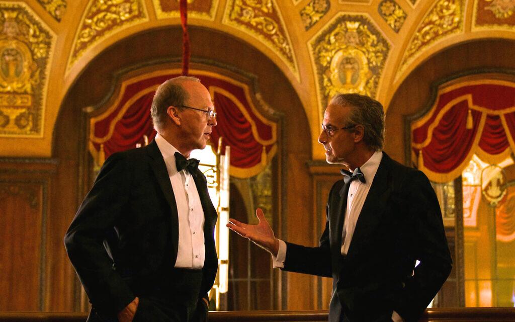 """Michael Keaton dans le rôle de Kenneth Feinberg et Stanley Tucci dans le rôle de  Charles Wolf dans le film """"Worth"""" de Netflix. (Crédit : Monika Lek/Netflix/ via JTA)"""