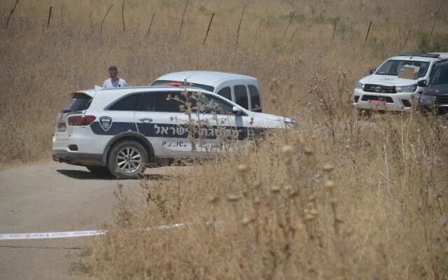 Les forces de police sur les lieux du meurtre présumé d'une femme de 46 ans originaire de Nof Hagalil, près du fleuve Jourdain, le 7 août 2021. (Crédit : Police israélienne)