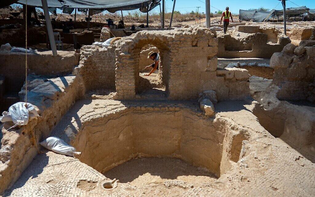 Des cuves pour stocker le vin dans un complexe de pressoirs de l'ère byzantine à Yavné. (Crédit : Yaniv Berman/IAA)