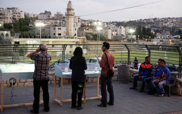Les visiteurs admirent les objets exposés dans le cadre de Manofim, l'événement artistique de Jérusalem qui ouvrira ses portes le 27 octobre 2021 (Crédit : Snir Katzir).