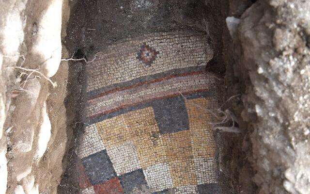 Le sol en mosaïque de l'église des apôtres, près du lac de Tibériade. (Mordechai Aviam/Autorisation)