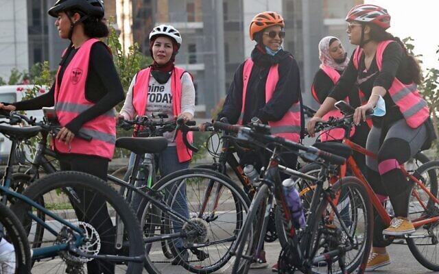 Des femmes saoudiennes et étrangères, faisant partie d'un club cycliste mixte, font une pause lors d'une randonnée cycliste dans la ville de Jeddah, sur la mer Rouge, le 17 septembre 2021. (Crédit : Fayez Nureldine / AFP)