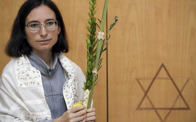 Iris Ferreira, femme rabbin, pose pour une photo dans la synagogue de l'Union juive libérale de Strasbourg, dans l'Est de la France, le 23 septembre 2021. (Crédit :   Frederick FLORIN / AFP)