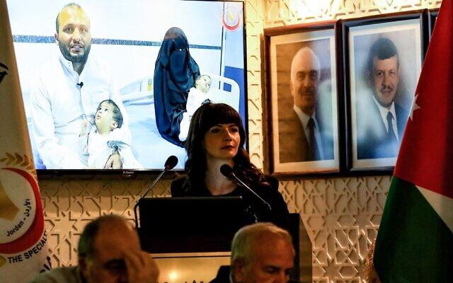 Les membres d'une équipe médicale jordanienne, Fawzi Al-Hammouri (à droite), chef de l'équipe (à droite) et Saeb Hammoudi, chef de l'équipe chirurgicale (à gauche) annoncent avoir réalisé une opération rare de huit heures pour séparer deux jumeaux conjoints yéménites l'été dernier, lors d'une conférence de presse dans la capitale jordanienne Amman, le 3 octobre 2021. À l'arrière-plan, un écran montre les jumeaux séparés. (Crédit :  Khalil MAZRAAWI / AFP)