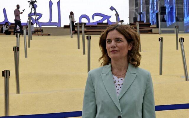 La ministre de l'Environnement Tamar Zandberg visite le pavillon d'Israël à l'Expo 2020 à Dubaï, le 4 octobre 2021. (Crédit : Karim SAHIB / AFP)
