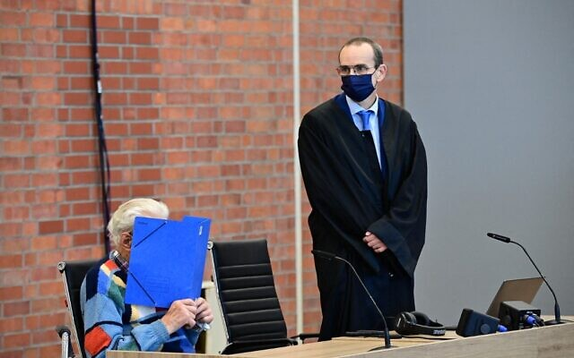 L'accusé Josef S (G) est assis à côté de son avocat Stefan Waterkamp et cache son visage derrière un dossier alors qu'il attend le début de son procès à Brandenburg an der Havel, dans le nord-est de l'Allemagne, le 7 octobre 2021 (Crédit : Tobias Schwarz / AFP)