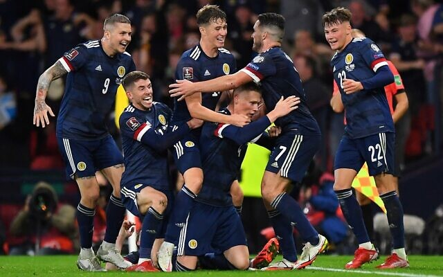 Les membres de son équipe écossaise se réjouissent  suite à  un match qualificatif à la Coupe du monde de football 2022 du groupe F opposant l'Écosse et Israël au stade Hampden Park de Glasgow, le 9 octobre 2021. (Crédit : Andy Buchanan/AFP)