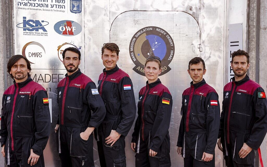 Une équipe de six astronautes (de gauche à droite) le commandant adjoint Iñigo Muñoz Elorza d'Espagne, Alon Tenzer d'Israël, Thomas Wijnen des Pays-Bas, Anika Mehlis d'Allemagne, Robert Wild d'Autriche et le commandant João Lousada du Portugal posent pour une photo de groupe avant de commencer une mission d'entraînement pour la planète Mars sur un site qui simule une station hors site au cratère Ramon à Mitzpe Ramon dans le sud du désert du Néguev en Israël, le 10 octobre 2021. (Crédit : JACK GUEZ / AFP)  Traduit avec www.DeepL.com/Translator (version gratuite)