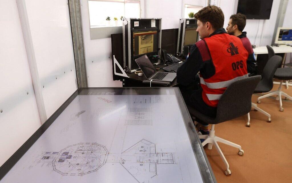 Les astronautes d'une équipe d'Europe et d'Israël se préparent à leur mission d'entraînement pour la planète Mars sur un site qui simule une station hors site au cratère Ramon à Mitzpe Ramon, dans le sud du désert du Néguev en Israël, le 10 octobre 2021. (Crédit : JACK GUEZ / AFP)