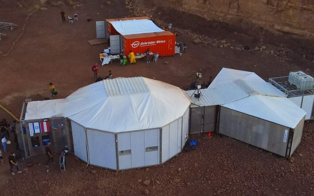 Vue aérienne d'un habitat où les astronautes d'une équipe d'Europe et d'Israël participeront à une mission d'entraînement pour la planète Mars sur un site qui simule une station hors site au cratère Ramon à Mitzpe Ramon, dans le sud du désert du Néguev en Israël, le 10 octobre 2021. (Crédit : JACK GUEZ / AFP)